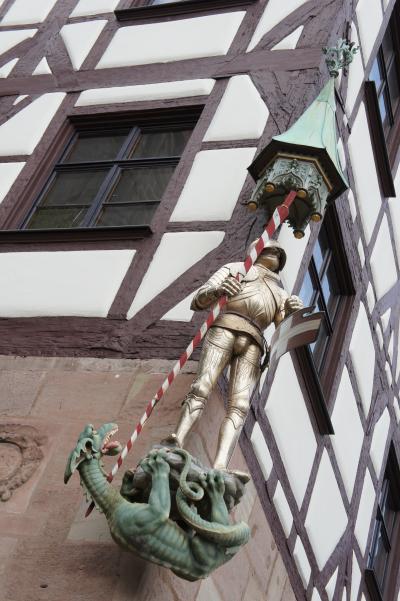 建物の角っこの兵隊さん、ヨーロッパっぽくていいなっ