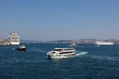 アジア側への道-1  アジア側への道としては、ボスポラス海峡を渡る船を一番に勧めたい。旧市街ではエミノニュ埠頭から、アジア側のターミナルであるユスキュダルまたはカドゥキョイへの便がある。さらに、ガラタ橋を金閣湾の内側にくぐった所(サバ・サンドを売る船の先)にも埠頭はある。前者からは大きな客船が、後者からは「モトル」と呼ばれる中型の船が出ている。いずれも20分程度で着くが、景色も素晴らしく、しかも経済的に(100円程度)アジアへ渡る方法だ。  なお、マルマライ開通の影響か、船の乗客は以前より減っているので、今後便数が少なくなるかもしれない。それでも昼間なら20分間隔が30分になる程度だろう。 〈写真:海峡を渡る船。〉