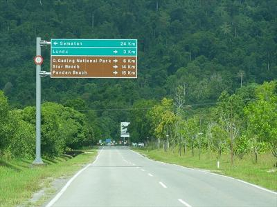 今日行ってみるグヌンガディン国立公園はボルネオ島北部にある国立公園のひとつ。 クチンからだと、北西に伸びる1号線でSEMATAN(スマタン)方向にあります。  約80kmの道筋は、このとおり舗装は出来ていて快適。 幹線道路だけなら普通車でも大丈夫です。 この画像の分岐点で、LUNDU(ルンドゥ)の町方向へ右折して1316号線へ。 グヌンガディン国立公園入口は、この分岐点からだと6km。 その途中のルンドゥの町には、ガソリン・スタンドや食堂もあり。 この旅行記の中盤でご紹介します。  この画像の標識に出ているパンダン・ビーチやスマタンへも、今日の後半戦で行ってみます。