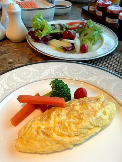 前の旅行記 【No.4】https://4travel.jp/travelogue/11320203   5日目。 ヤンゴンの朝です。 今日は午前中の便でヤンゴンからKLに行くので、 朝食を食べる時間くらいしかありません。  クラブラウンジで朝食。 今日はチーズ入りのオムレツ。