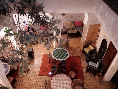 メクネスのメディナの隠れ家的宿「リアド・ザハラ」。ロビーが素敵!