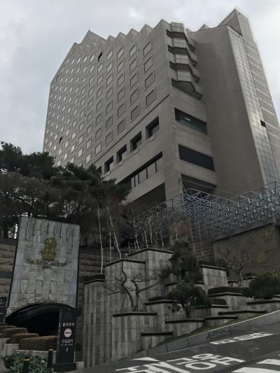 最寄駅からは4番出口をでてまっすぐ坂道を歩くとホテルがありま