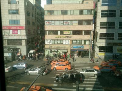 横断歩道を渡ると、明洞中心街。渡って右へ、空港バス乗り場。