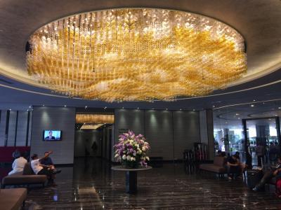 エントランスホールのシャンデリアが豪華なホテルボス!