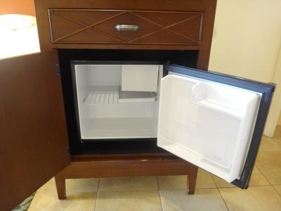冷蔵庫の中身は空