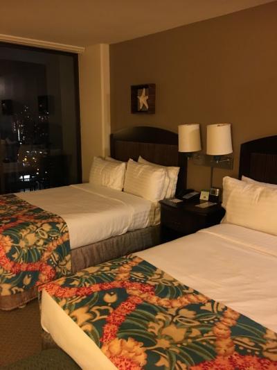 清潔で充分な広さのお部屋。ピンクのロイヤルハワイアンも見える