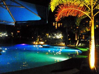 夜のプールの景色