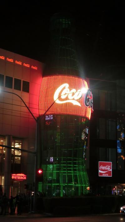コカ・コーラの瓶のシンボルが良く目立つ