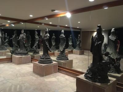 内廊下には世界中の芸術品がかざってあります