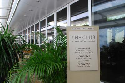 クラブラウンジは広くて明るく開放的なスペース