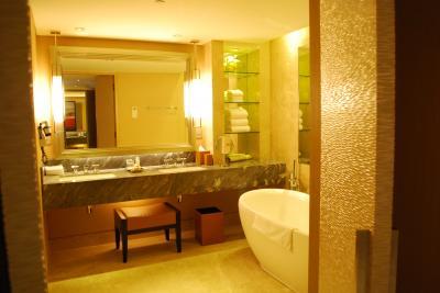 バスルームは豪華、シャワールームとトイレは別