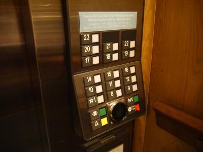 エレベーター。カードキーが必要。