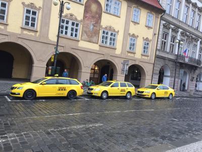 流しのタクシーは避けた方が良いですが、AAAタクシーならば比較的安全であると言われています。