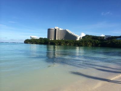 タモン湾右端の白い大型ホテルニッコーグアム