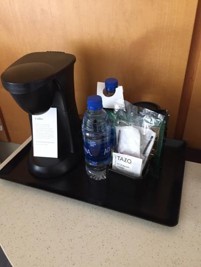 コーヒーは無料。お水も1日2本補充してくれます。