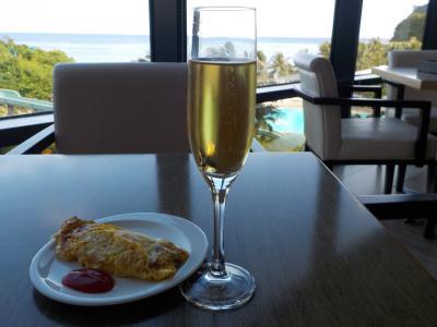 ラウンジの朝食のシャンパンとオムレツ