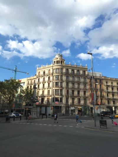 立地条件抜群。カタルーニャ広場、ランブラス通りの入り口。メトロは目の前。