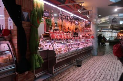 地下に肉屋やスーパーあり