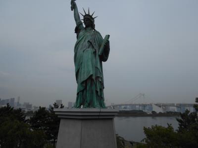 東京湾を背に立つ「自由の女神」