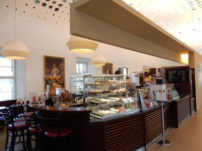 シェーンブルン宮殿入口のカフェ