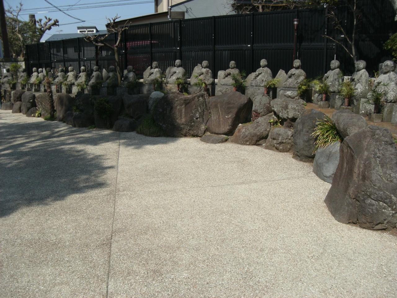 鎌倉に愛染かつらの木が・・。そして石像が多い。