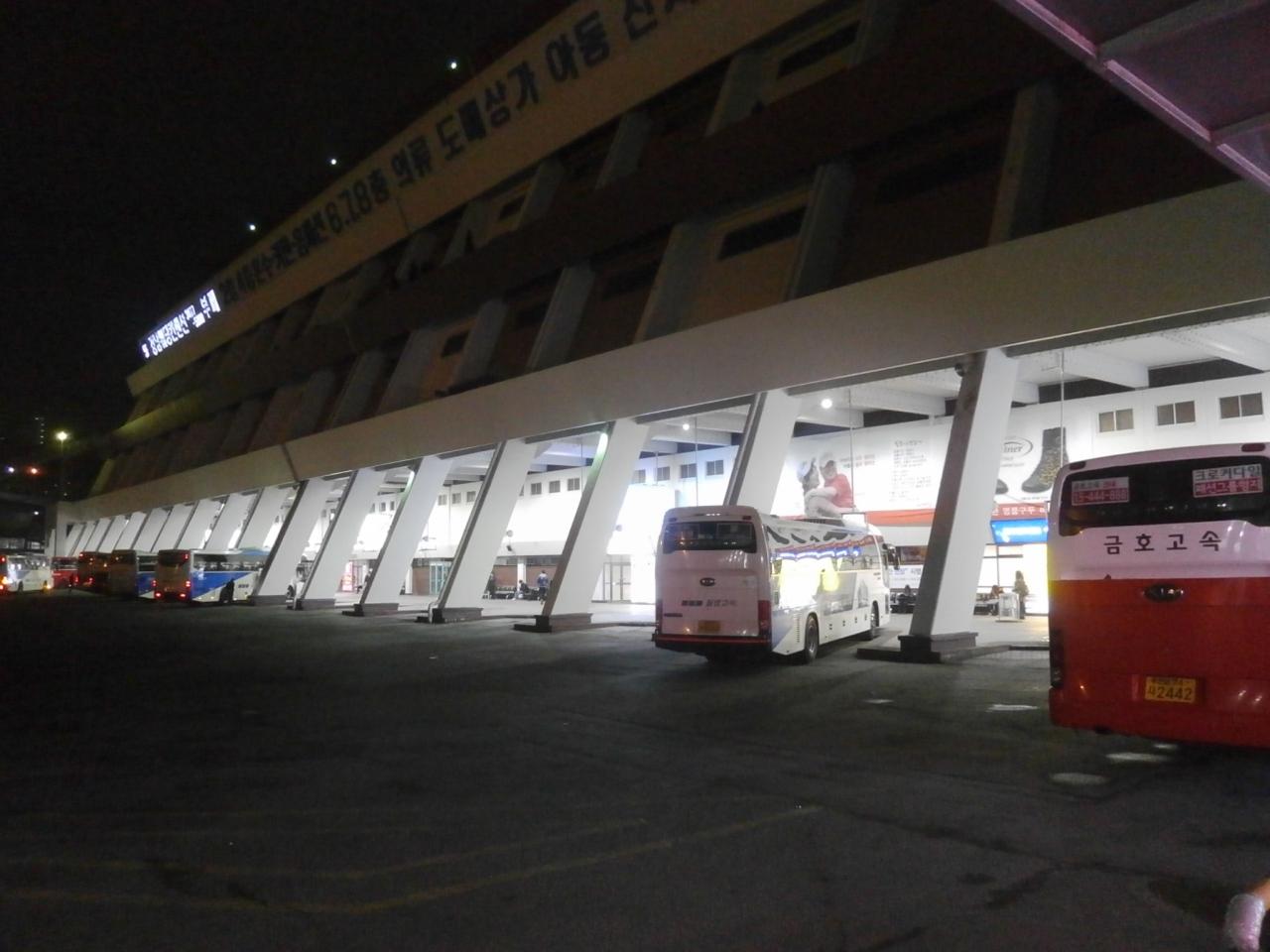 韓国各都市行きの高速バス出発地、釜山行きの便が多いです!地下鉄の駅からすぐ行けます。 〜ソウル高速バスターミナル〜