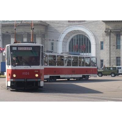平壌の中心地の平壌駅前を走る路面電車