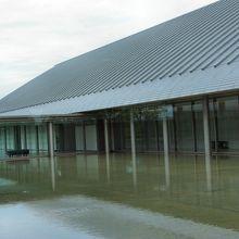水の上に浮かぶように建てられた美術館