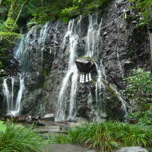 橋を渡ると二つの滝と神社が