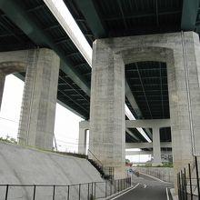 駒門風穴までには新東名の高架下を歩きます。