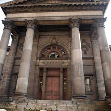 ネオクラシック様式の歴史ある図書館