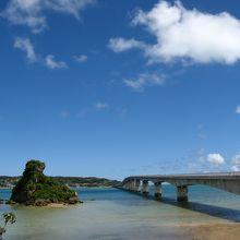 ビーチから眺める古宇利 大橋、青い空と海の絶景