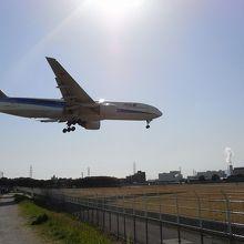 飛行中の飛行機を日本で最も近く見れるところです。