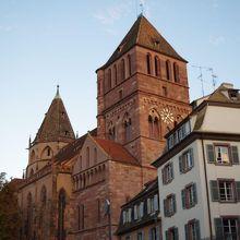 街の中で一際目立つゴシック建築の教会