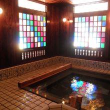 浴室は明治モダニズムでノスタルジック。静かに、ゆっくり温泉に浸かりましょう