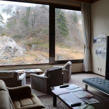 滝ノ上温泉 滝観荘ロビーからも葛根田渓谷のワイルドな眺めが。