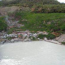 底からボコボコ湧く泥湯。