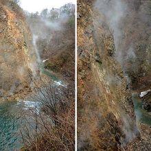 葛根田渓谷の流れと、滝ノ上温泉の湯煙が上がる渓谷の岩肌。