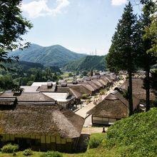 茅葺屋根の家々が並ぶ宿場