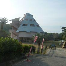 2.駐車場から見た浦田海水浴場関連施設