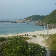 4.海水浴場右の岩場