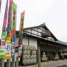 建物の前に歌舞伎役者の幟が沢山ある