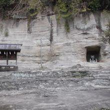 境内・本殿横、背後には小社・洞窟祠が。探訪者には魅力