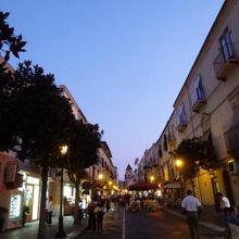 リパリのショッピングストリートはヴィットリオエマヌエーレ通りとガンバルディ通りです♪