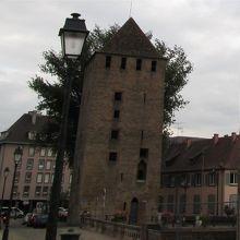 橋の脇に立つ塔