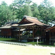 高原の神社に薪能舞台