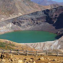 神秘的な火山湖