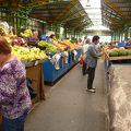 写真:ブラショフ駅前市場