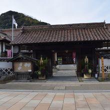 大岡家老門で正月の門松が飾られています。