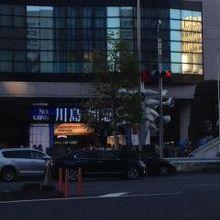 青山通りの反対側から見たこどもの城と岡本太郎のモニュメント